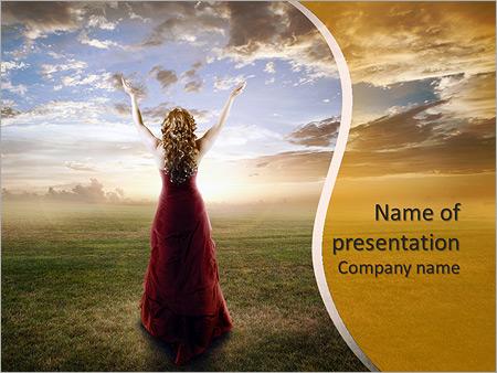 女子抬起她的手在夕阳 PowerPoint演示模板