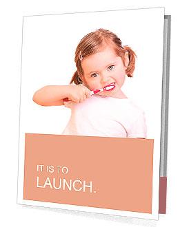 Klein meisje haar tanden op een witte achtergrond Presentatie prospectussen