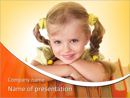 Kleines Mädchen halten Stapel der Bücher. Isoliert. PowerPoint-Vorlagen