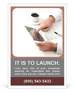 Chávena de café e usar um laptop Modelos de anúncio