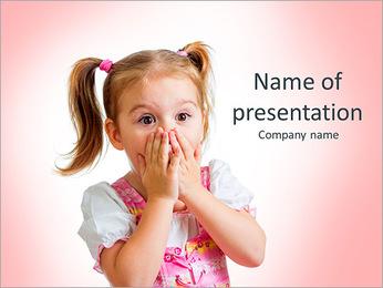 Funny dítě dívka s rukama v blízkosti tvář izolovaných na bílém pozadí PowerPoint šablony
