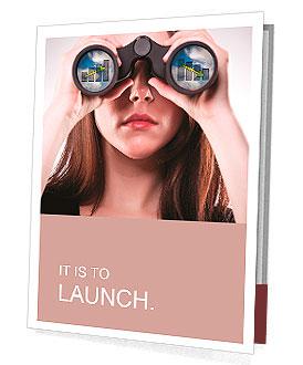 En affärskvinna tittar genom kikare, ser motstridiga trender i resultat förutsägelse, kan vara Presentationsbroschyrer